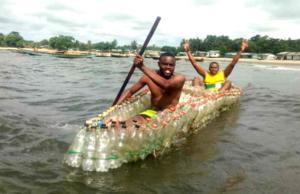 Mann baut Kanus aus Plastikflaschen
